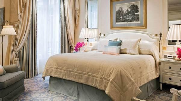 Wenn die erste Zimmerkategorie des Hauses so aussieht, weiß man: Hier ist man im Hotelhimmel angekommen.