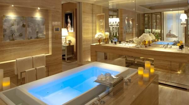 Zum Vergleich das nicht weniger atemberaubende Badezimmer der Penthouse Suite. Schlicht, geradlinig, schön.