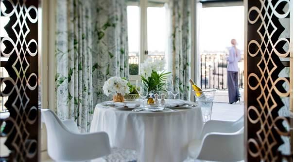 Die Penthouse Suite hat einen wunderschönen Wintergarten. Und eine Terrasse, Aug in Aug mit dem Eiffelturm.