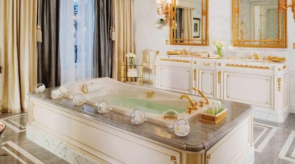 Badezimmervergleich: Das Bad der Presidential Suite. Royale Opulenz en blanche.
