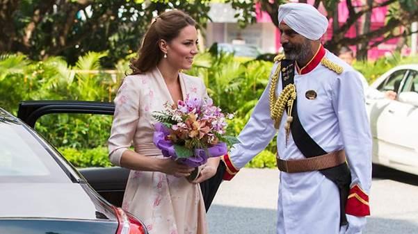 Hier hält der Doorman Kate Middleton die Wagentüre auf, die dem Raffles bei Ihrem Singapur-Besuch mit Prinz William im Jahr 2011 die Ehre gab.