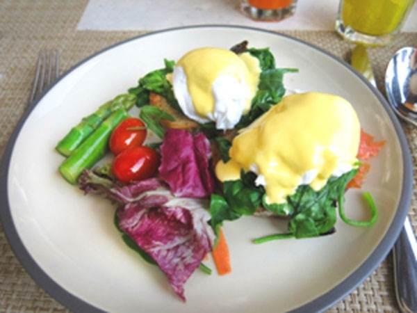 'Poached eggs' mit geräucherter Lachsforelle