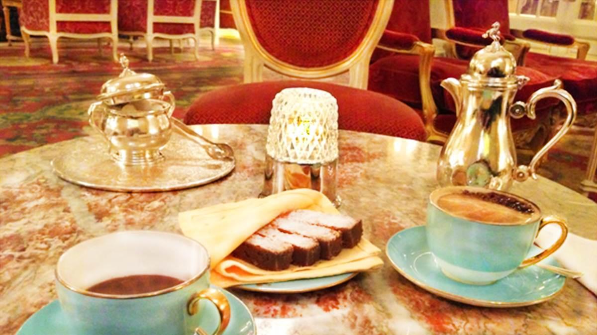 Alleine das Kaffeeservice ist eine Freude, die berühmten Teller und Untertassen in edelstem Tiffany-Blau.